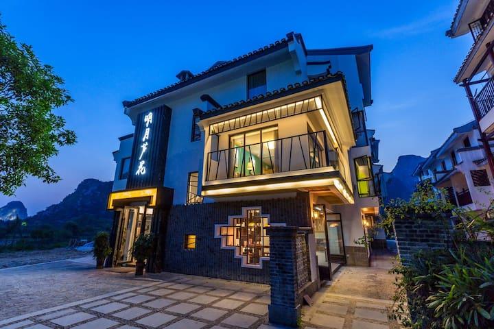 观景大床、双人间坐落在美丽的桃花江边,依山畔水,有各种美食跟特色餐厅 - Guilin