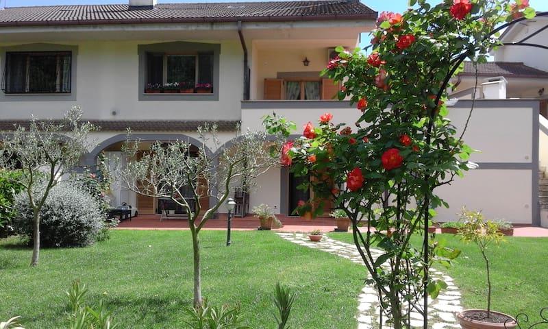 La casa delle rose a via delle rose - Bracciano - Apartamento