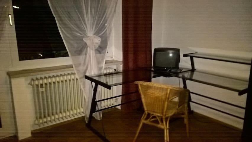Gästezimmer mit Balkonzugang - Oberding - Appartement