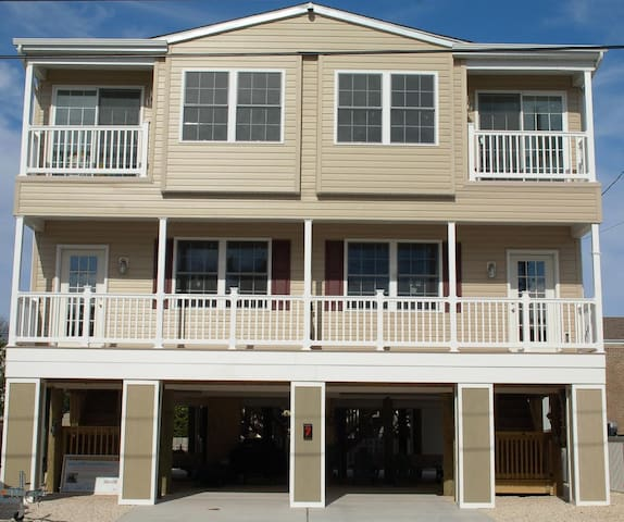 Beautiful Brand New House Oceanside (Your own Apt) - Long Beach Township - Departamento