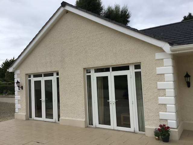 Superb self contained apartment countryside/town - Holywood - Leilighet