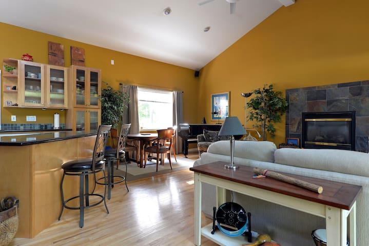 Amazing Home...Large Space Yet Cozy - Kirkland - Hus