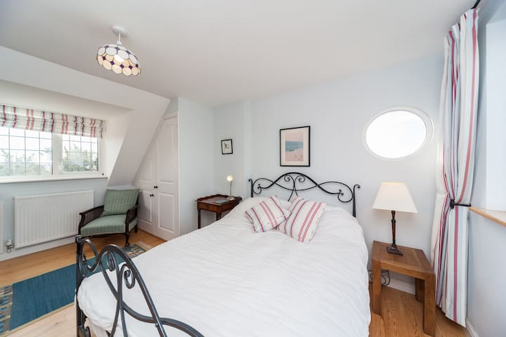 Seal Cottage, walk to the sea. - Selsey - Bed & Breakfast