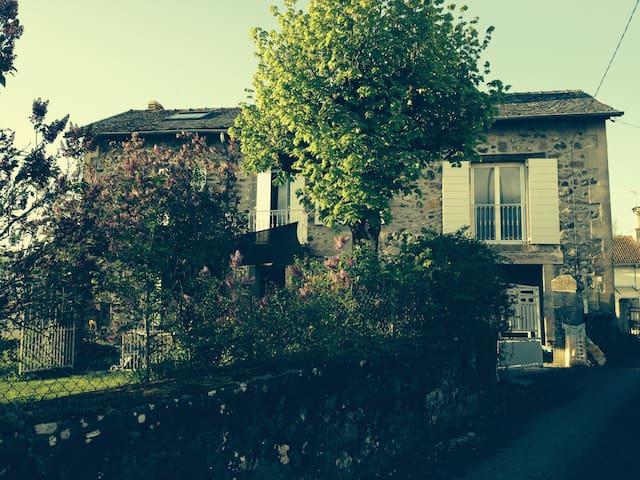 Maison en pierre avec petit jardin - Crandelles - Huis