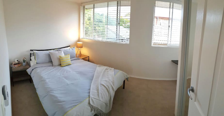 Bright & airy queen size (AIRPORT) - Wooloowin - Lägenhet