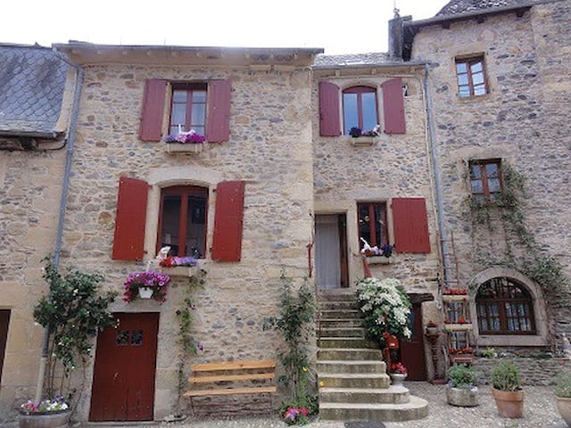 Two Upstairs bedrooms in house. - Sainte-Eulalie-d'Olt