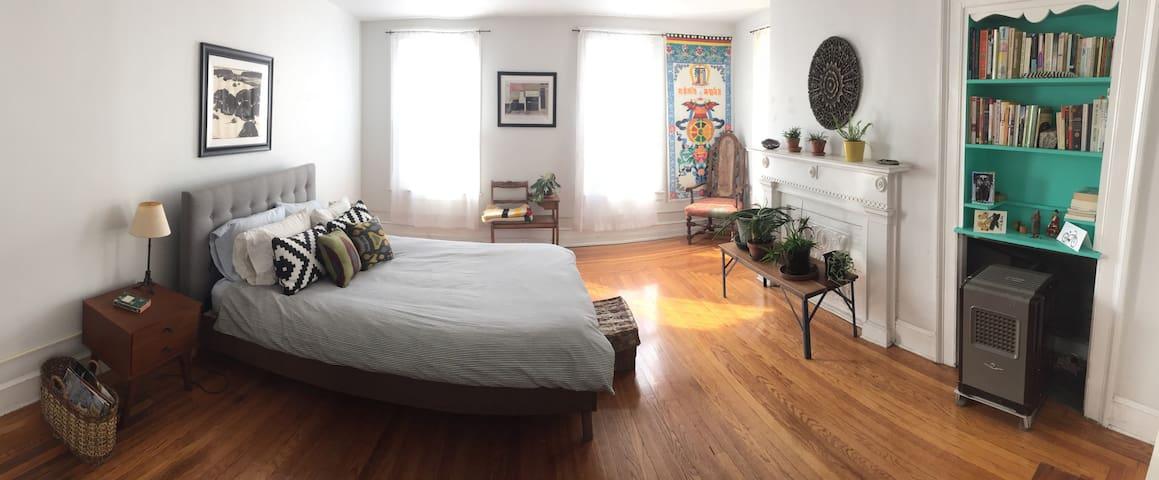 Sunny suite a block from Warren St - Hudson - Appartement