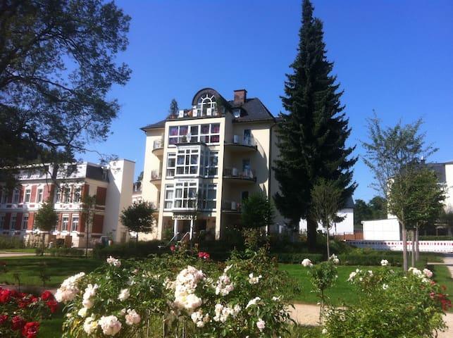 82 qm Ferienwohnung direkt am Rosengarten 5 Sterne - Bad Elster - Apartamento