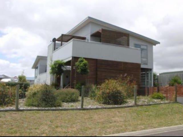 Modern Beach house. Bay views - Corinella - Bed & Breakfast