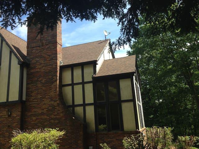 Beautiful Tudor mansion on 9 acres-Large 4 Bdrms! - Belchertown - Ev