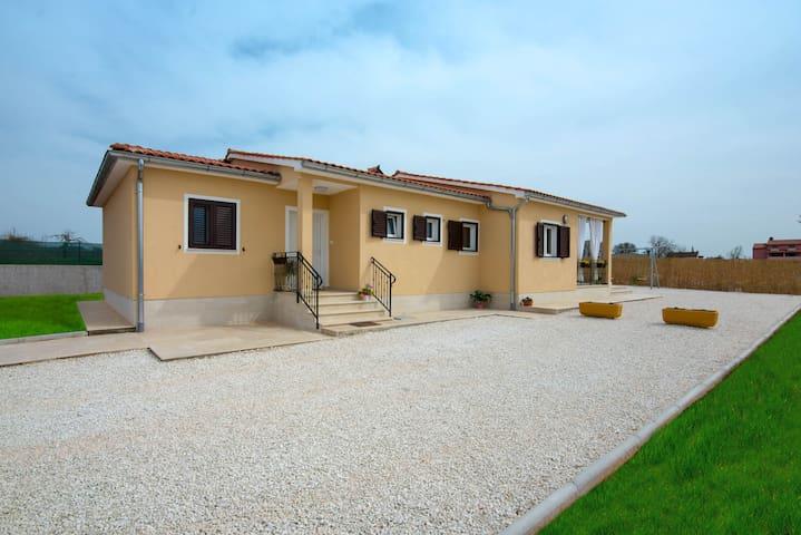 NEW HOUSE Paola - with swimmingpool - Bibići - Hus