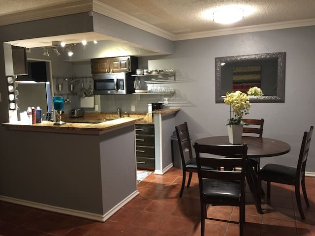 """Red Rose"" -1bed 1bath fully furnished condo - Irving - Appartement en résidence"