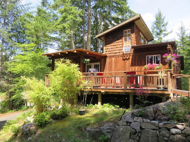 Kw'as Bay Cottage - Mansons Landing - Hytte