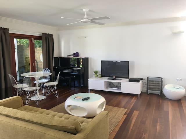 Large, modern studio close to beach - North Manly - Bangalô