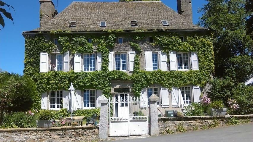 Séjour à la ferme chez l'habitant/petit déj'inclus - Chaudes-Aigues - Hus