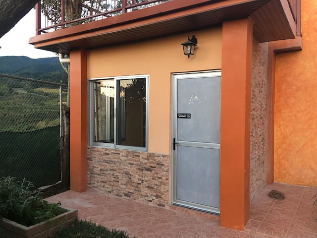 AFFORDABLE LUXURY! - BACKPACKERS DREAM & HOT TUB - Grecia - Bed & Breakfast