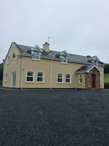 Large 7 bed home available as a whole or per room - Clare
