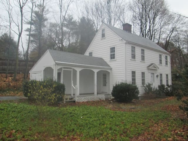 Cozy, Single Family Colonial Home in Wellesley - Wellesley - Maison