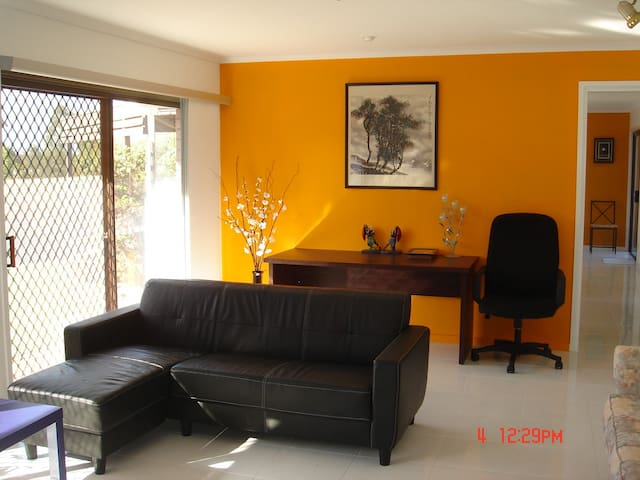 A quiet and clean place with all the conveniences - Jindalee - Huis