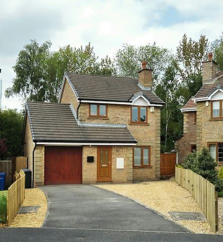Modern detached 3 bedroom home + Driveway + Garden - Chorley - Rumah