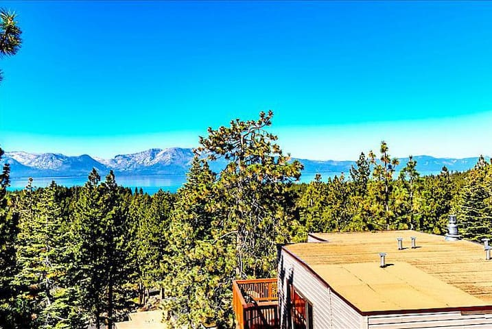 Views of Lake Tahoe from the roof top hot tub. - Stateline  - Maison de ville
