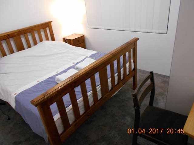 Queen size bed in new estate and house - Parmelia - Casa