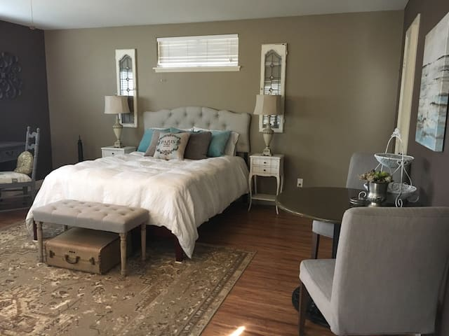 Contemporary Country Charm Private Master Suite - Moorpark - Hus