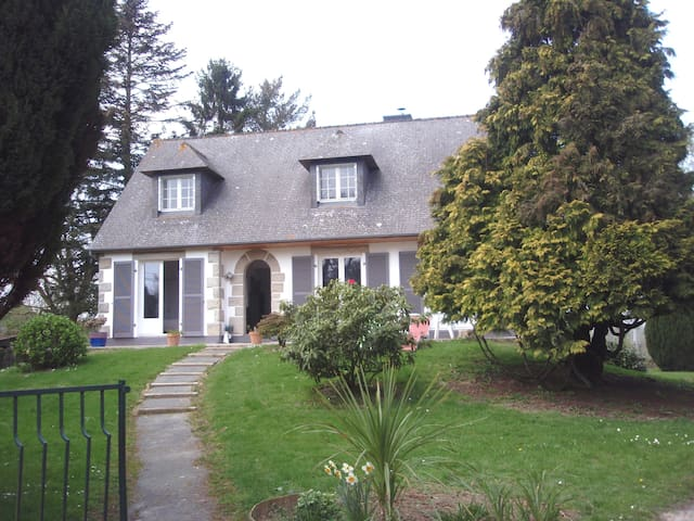 Belle neo-bretonne avec jardin - Saint-Symphorien - Huis