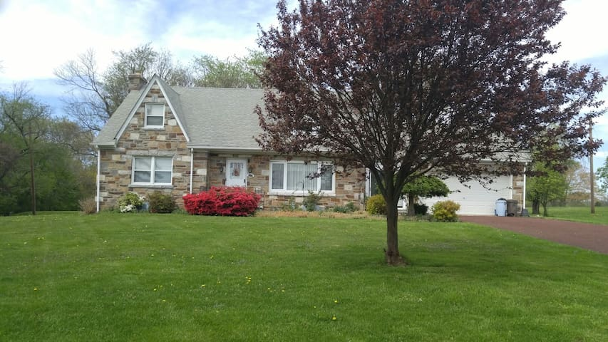 Comfy, great location - Norristown - Casa