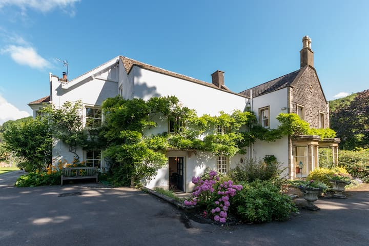 Country House In The Cotswold Countryside - Wotton-under-Edge