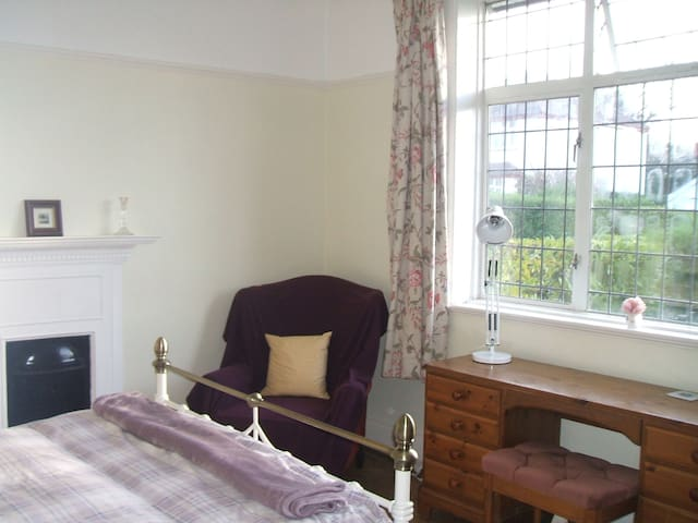 self contained double bed bathroom & sitting room - Cardiff