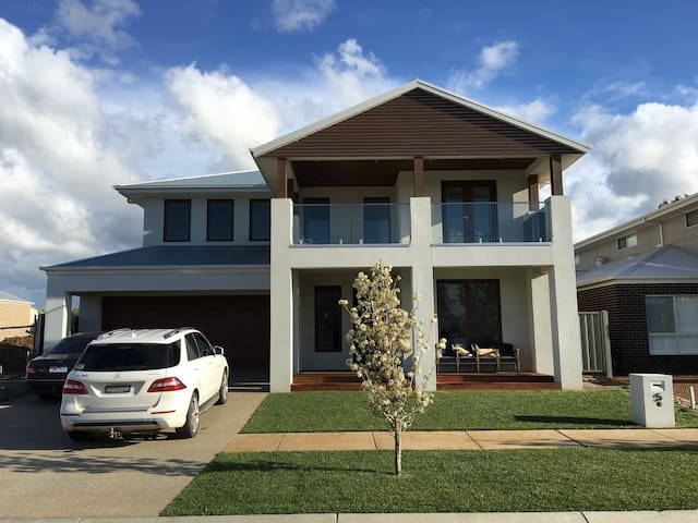 Luxury by the Lake - Yarrawonga - Hus