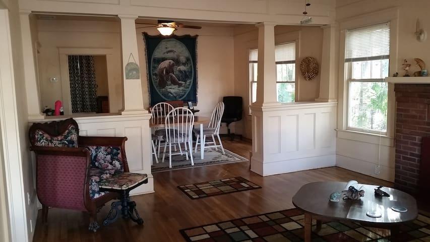 Manatee Manor, perfect location to start vacation - Sanford