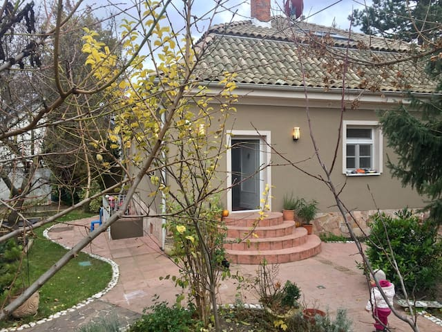 Villa with parking and garden. - Bratislava - Huis