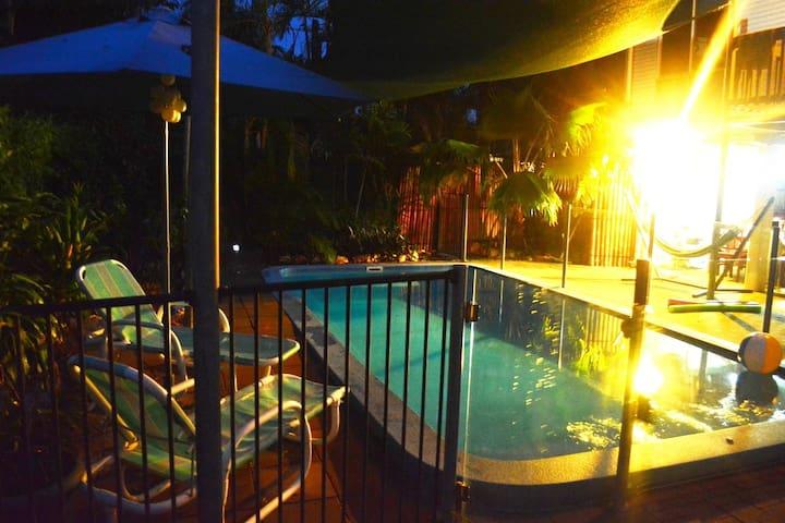 Large Tropical 3 Bdr House w/ Pool - Karama - Rumah