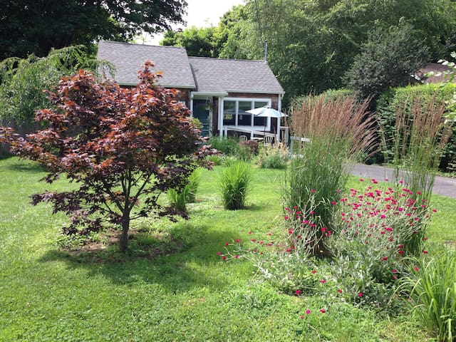 Sweet Southold Beach Cottage - Southold