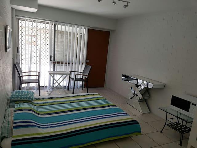 Big room,own entrance,bathroom,pool,and wardrove - Herston - アパート
