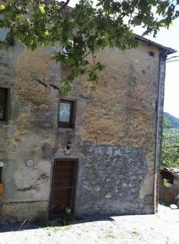 19th century house on 3 flights next to the woods - Il Giardino - Maison