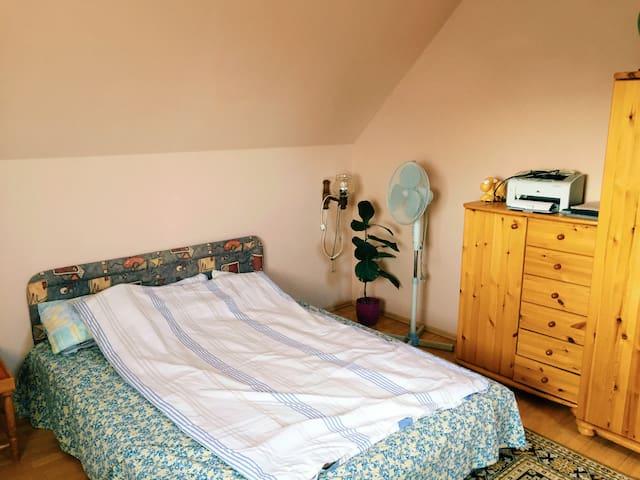 Csaladi házban emeleti tágas, fényes szoba kiadó - Székesfehérvár