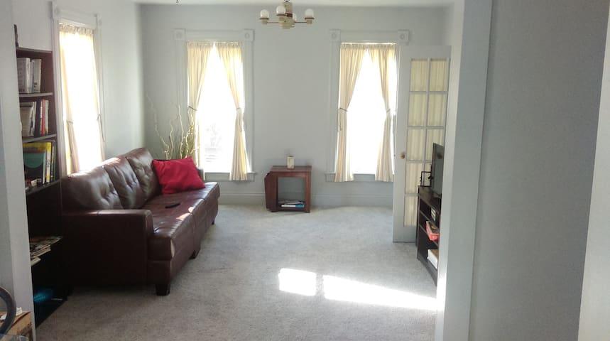 Huge 2 bedroom APT near downtown Ypsilanti! - Ypsilanti - Daire