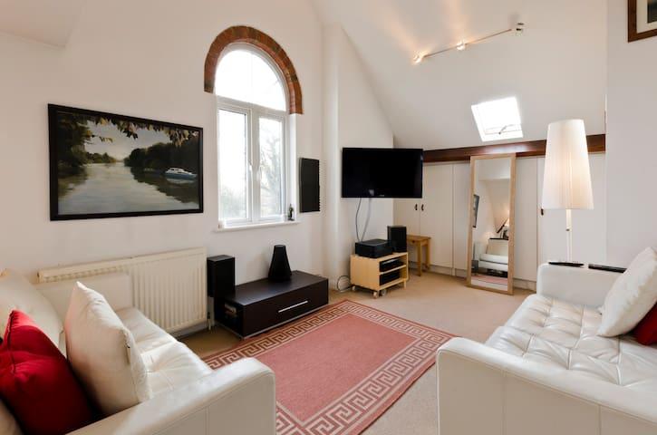 Bright, artistic apartment - Walton-on-Thames