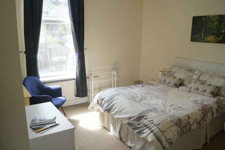Master bed in welcoming home 10 mins to city - Sheffield - Hus