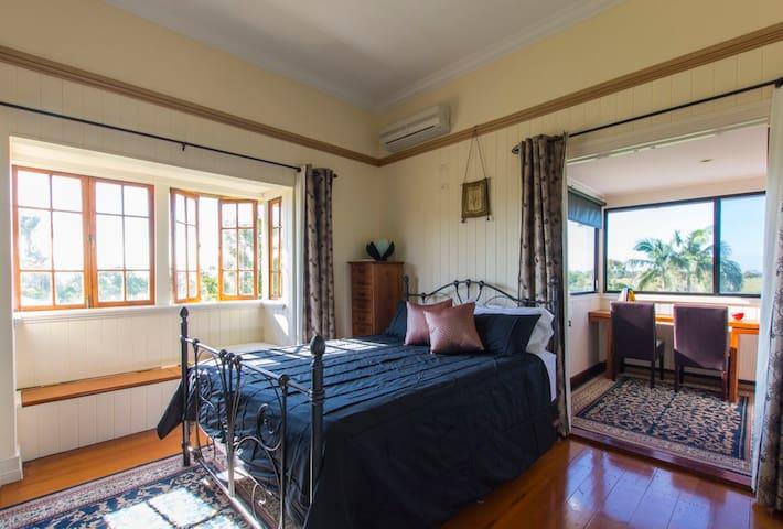 Qldr Seabreeze Sojourn Ebony Room - Innes Park - Bed & Breakfast