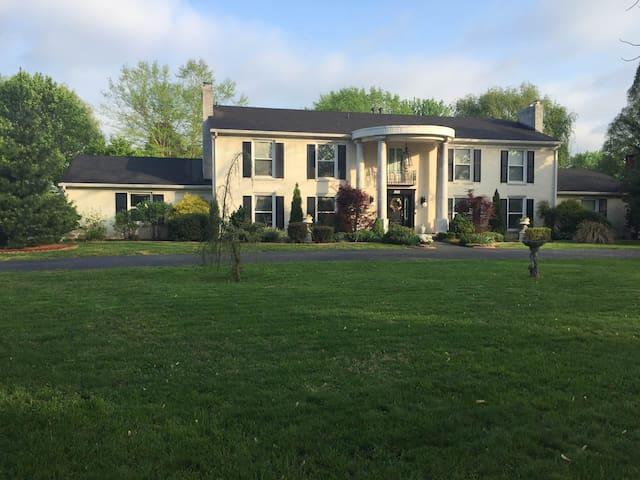 Utica Estate, $600 per night for Derby! - Jeffersonville - Hus