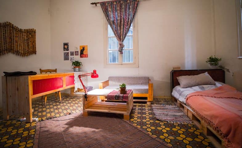 Spacious room in beautiful calm Geitawi, Achrafieh - Beirut - Leilighet