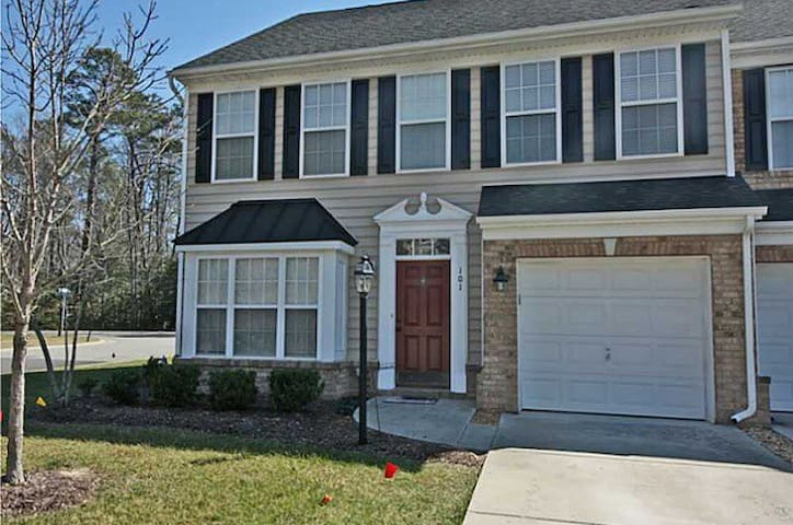 Modern townhome 1 mile from beach - Yorktown - Stadswoning