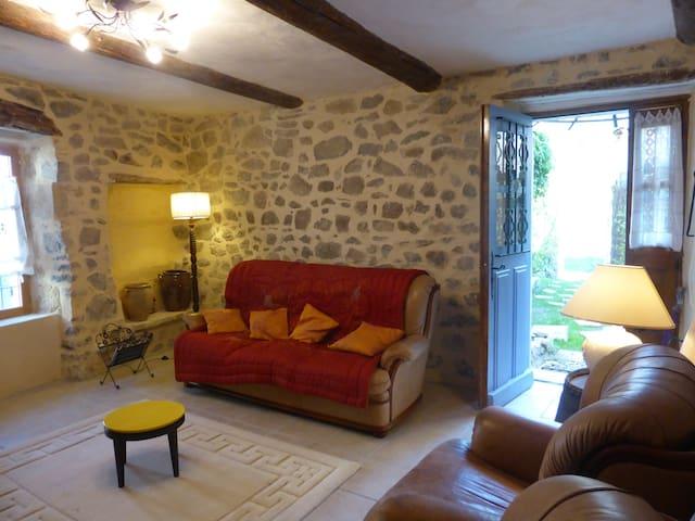 Maison ancienne avec cour au coeur d'un village - Cannes-et-Clairan - Hus