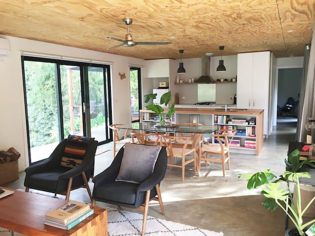 Modern, stylish, with views across the mountains - Warburton