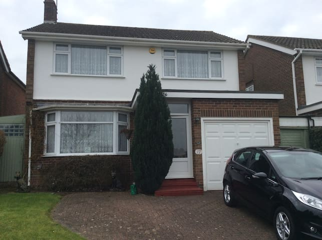 Quiet double room in 3 bed house - Ongar