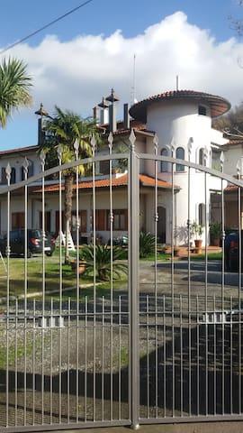 Appartamento nel bianco Castello - Casano - Apartment